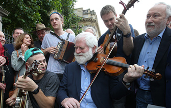 Irish musicians hold a session sit-in to protest airtime for Irish music (VIDEO)