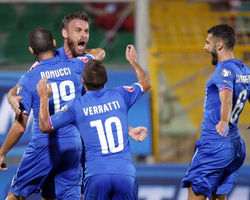 10-man Italy get to a winning start